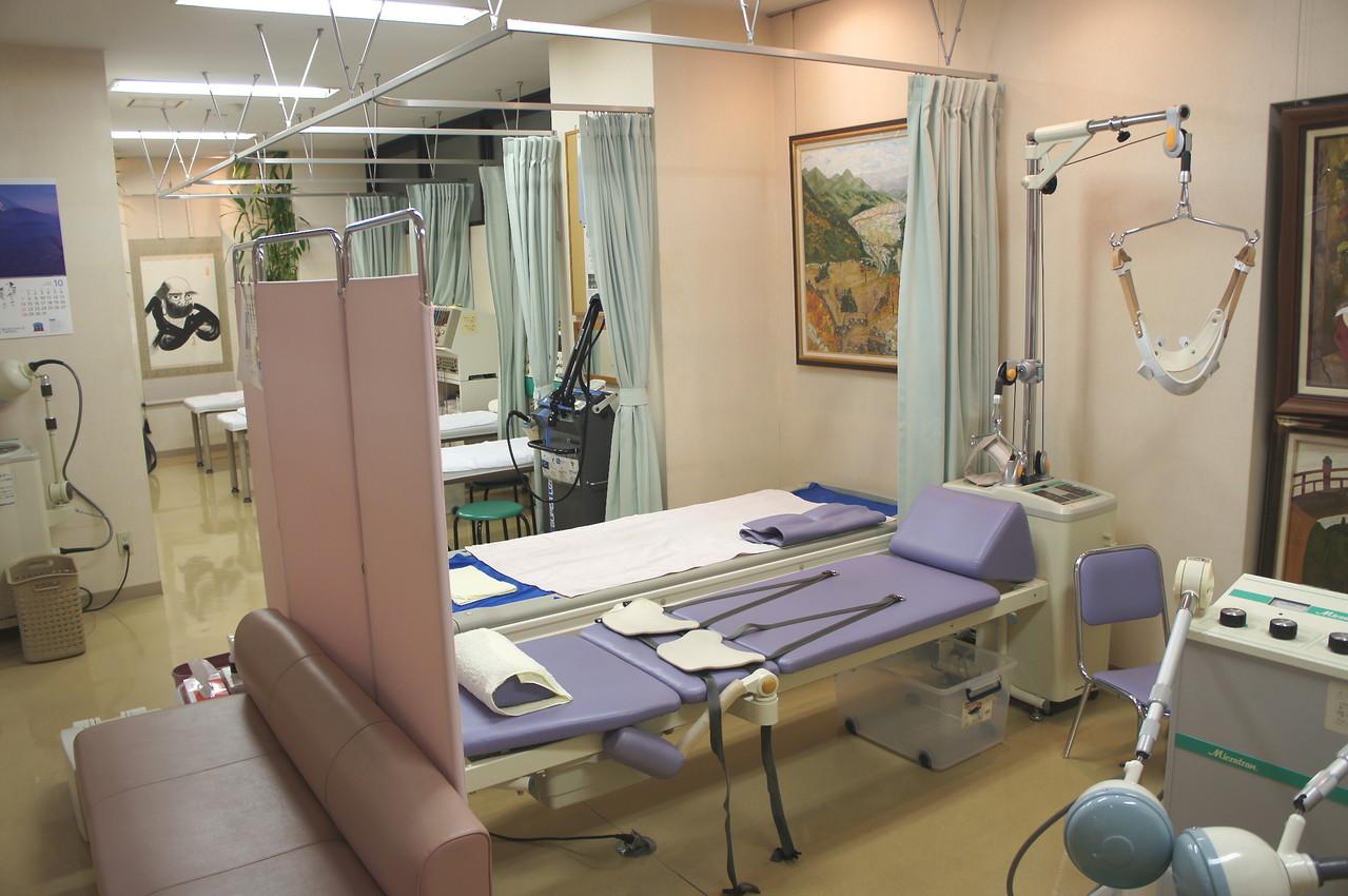 腰頚牽引装置、ウォータベットのあるリハビリ室