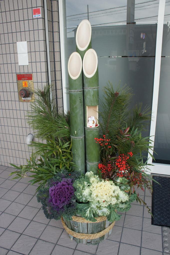 今年真っ赤の南天は内側に配置して、白いボタンの上に目立つように、the red nanten was placed on the inner side this year to contrast it with the white botan(cabbage flower)