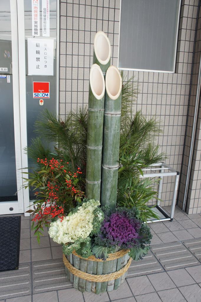 山から取った竹.松.笹.南天とボタンを使用.  Bamboo.Pine.Sasa.Nanten fresh from the hills and Botan are used.