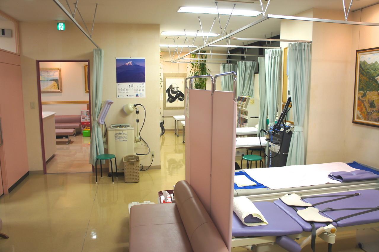 マイクロ波治療のある広いリハー室