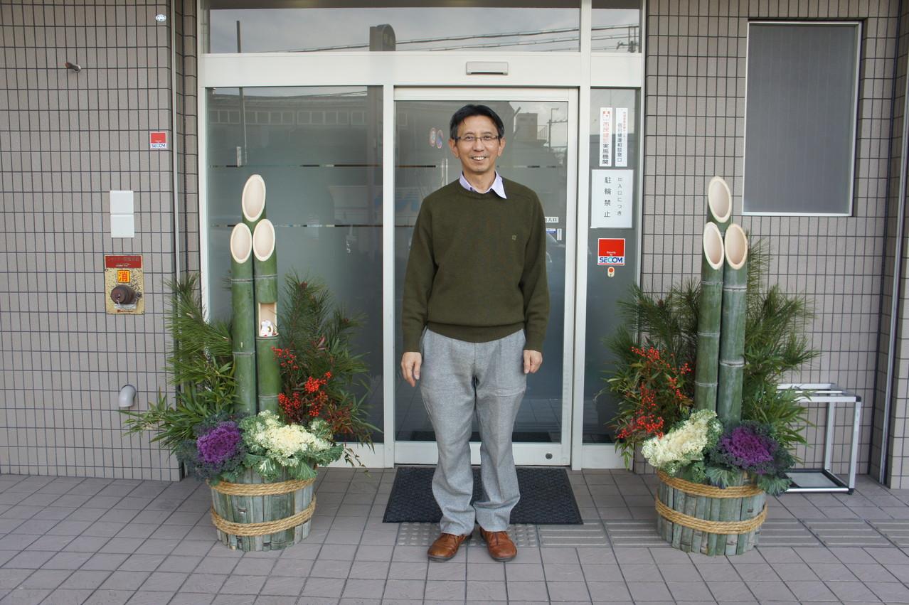 私176cm です。門松の高さはおわかりでしょう。My height is 176 cm,so you can guess the height of my kadomatsu.
