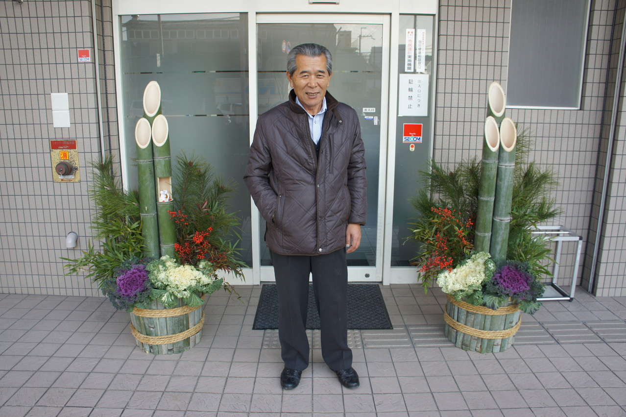 私の門松の先生木村さん.10年前からいっしょに門松を作っています。 My kadomatsu teacher Mr. Kimura,we have being making kadomatsu for the past 10 years.