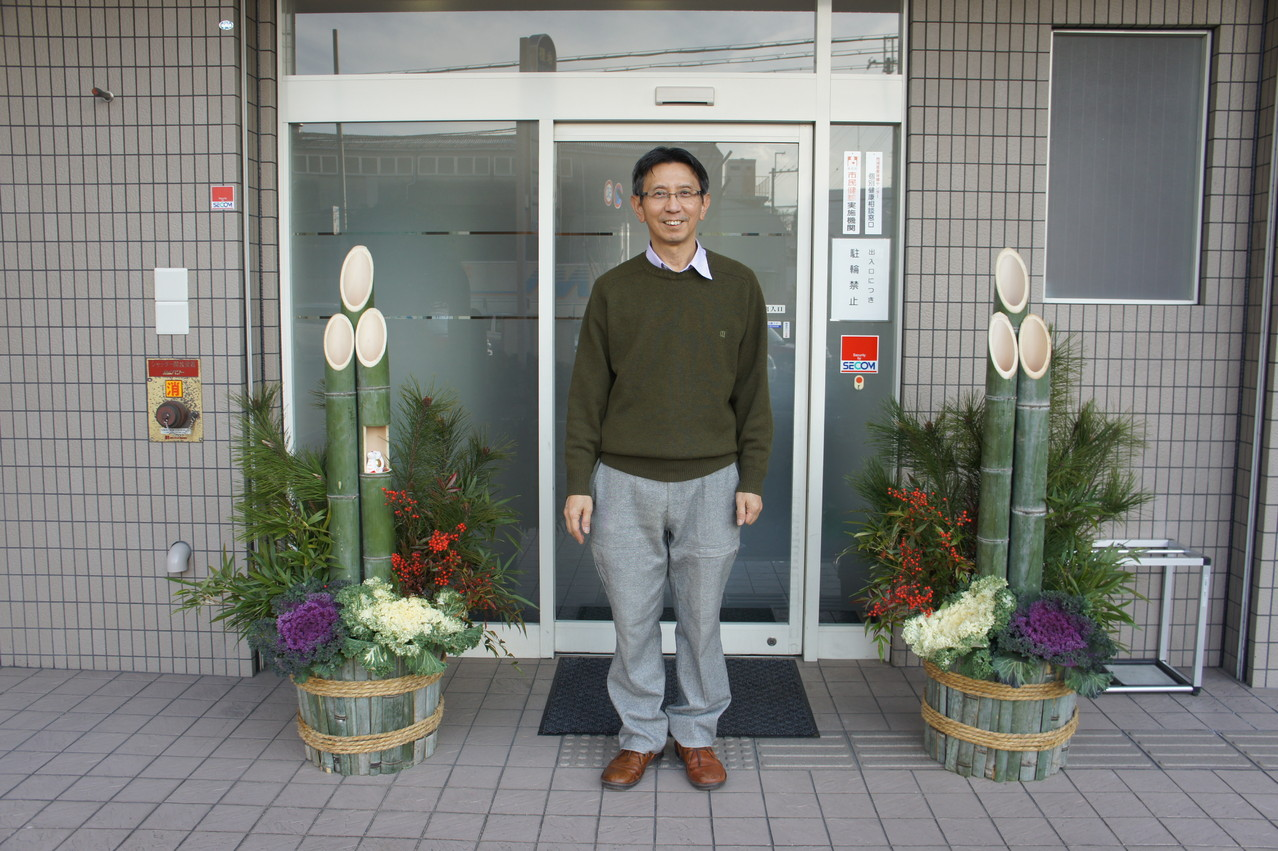 私176cm です。門松の高さはおわかりでしょう。My height is 176 cm,so you can guess the height of my kadomatsu.