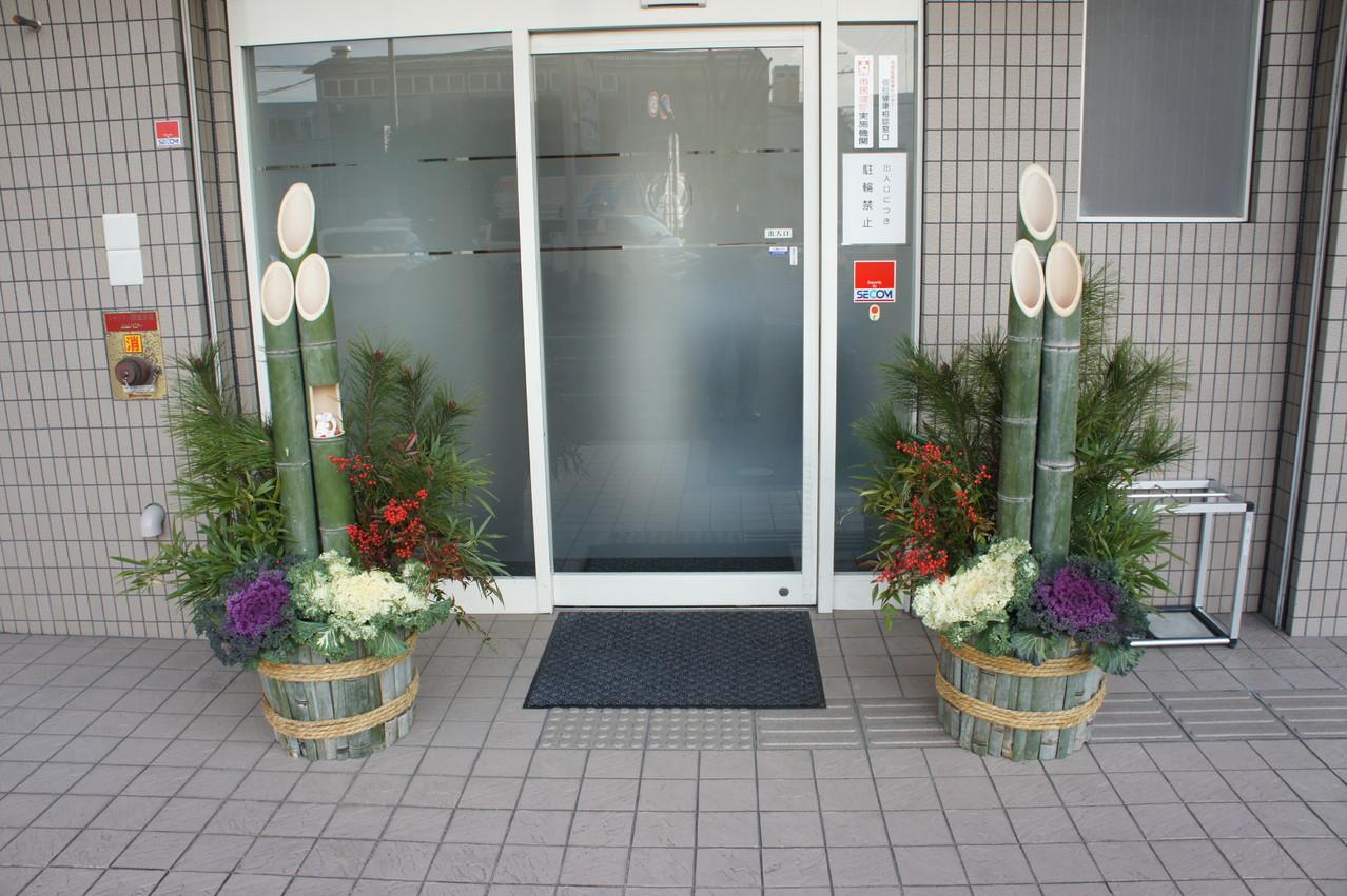 門松左右対称 one on the right, one on the left, placed symmetrically