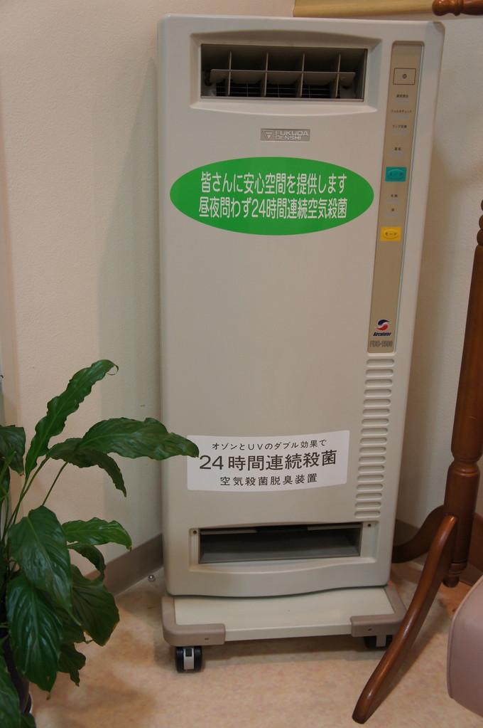 来院時風邪をもらって帰らない様に福田電子の24時間空気殺菌脱臭装置を待合室に