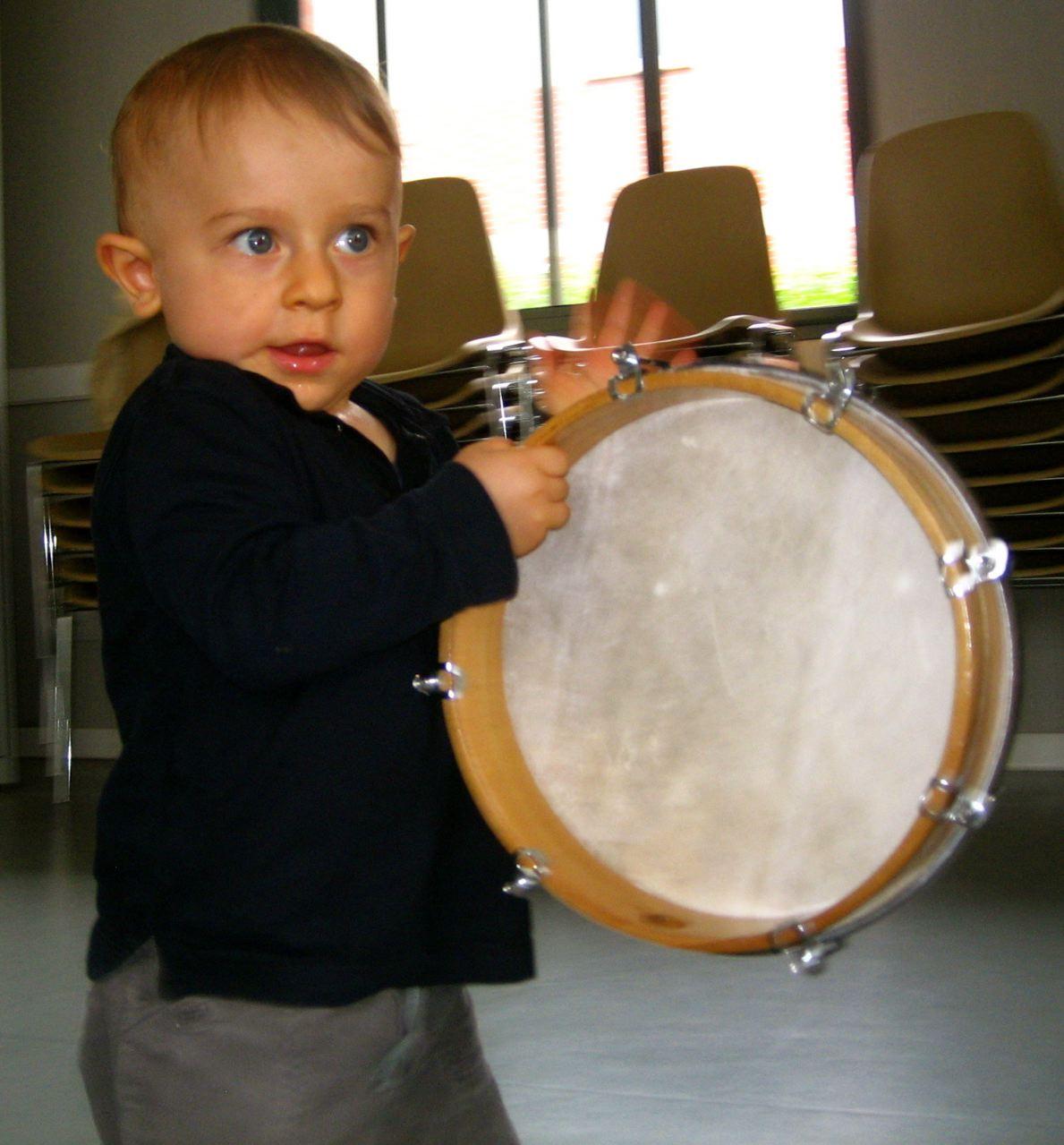 A ........ trouve le geste musical qui fera résonner le tambourin.