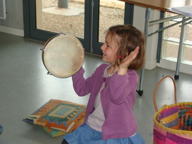 atelier d'initiation musical 4-6 ans, geste qui produira un son qui résonne sur le tambourin.