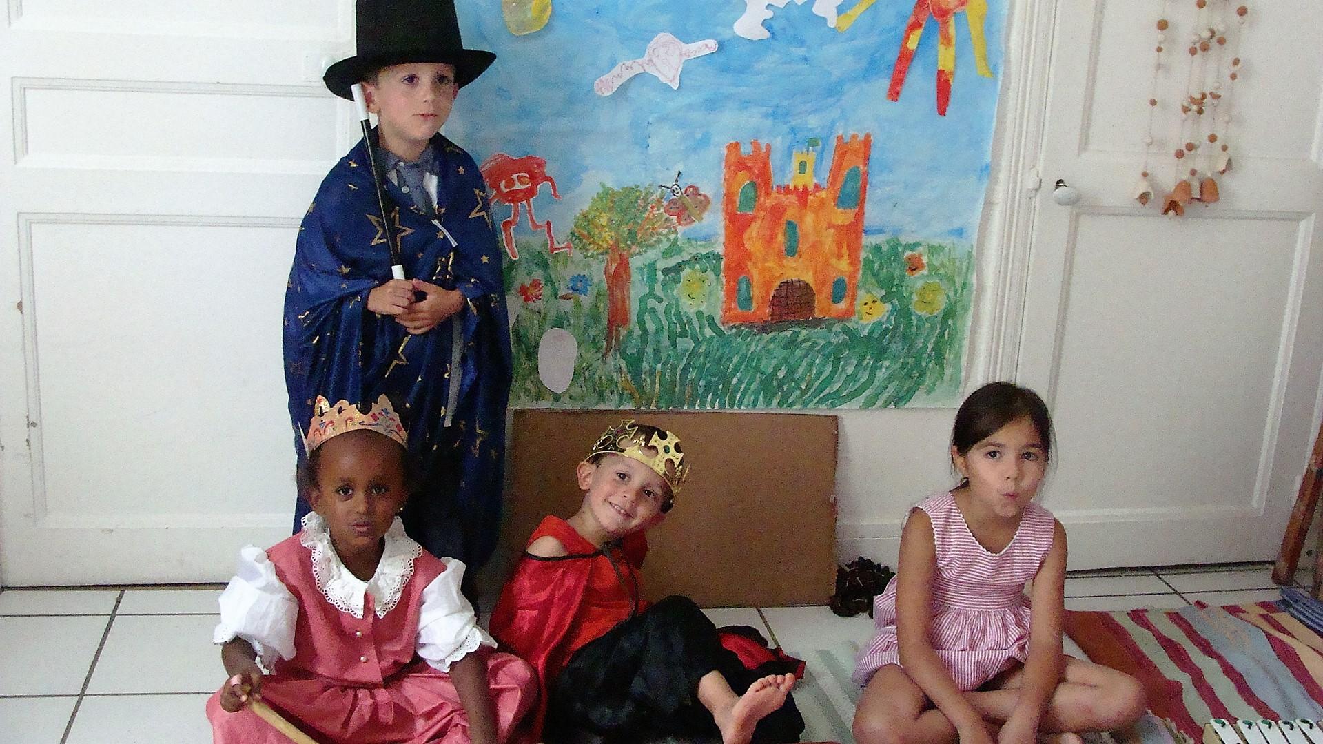 Et voici le magicien, le rois, la reine, Fifi la lapine près pour présenter aux parents leurs spectacle.
