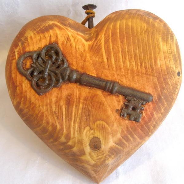 Schlüssel zum Herzen - ca,17x18x4.5cm - Schlüssel ist eingearbeitet - Geschliffen und geölt.