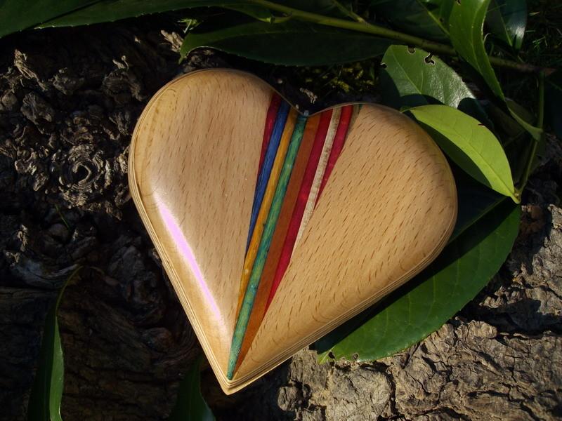 Buche mit Einarbeitung aus durchgefärbtem Holz, sehr aufwendig