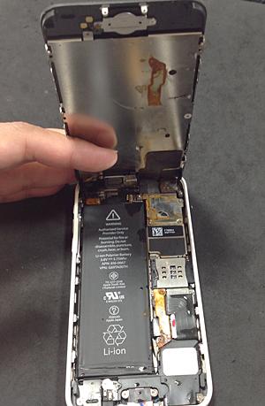 iPhone5C 海水で内部に大量のサビ発生
