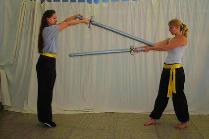Traditionelle Kampfkunst: Waffenkampf mit Zweihandschwertern (Polsterwaffen)