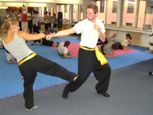 Kampf und Selbstverteidigungstechnik: Zug und Kung Fu Stoßtritt zum Knie