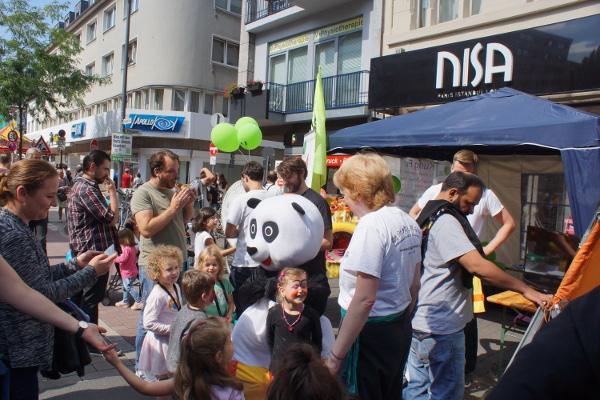 großer Andrang am Stand der Jing Wu Schule beim Straßenfest in Ehrenfeld