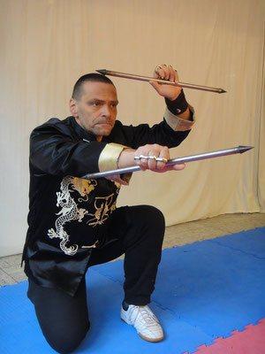 Meister Holger Heek zeigt eine seltene Waffentechnik mit den Hung Fut Nadeln in der Jing Wu Köln
