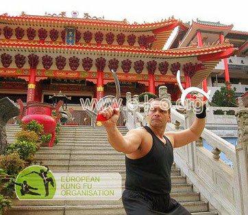 Bild Meister Holger Heek zeigt eine Kung Fu Technik vor dem Fanling Tempel in Hong Kong