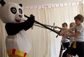 Schwertkampf von Kindern mit dem Kung Fu Panda im Kinderkurs Kung Fu