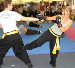 der seitliche Stoßtritt zum Knie stellt eine effektive Selbstverteidigungstechnik dar