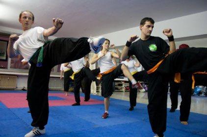 Kampfkunst Training: Gruppentraining von Fußtechniken