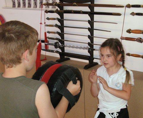 Kampf und Selbstverteidigung für Kinder: Übungen mit Schlagpolstern