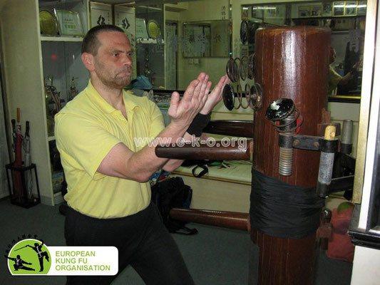 Traditionelle Kampfkunst: Meister Heek mit einer Kranich Technik des Hung Gar Kung Fu