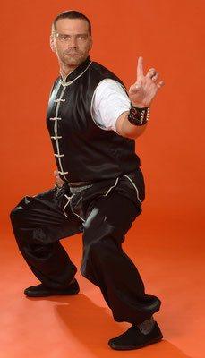 Sifu Heek mit der charkateristischen Brückenhand des Hung Gar Kung Fu