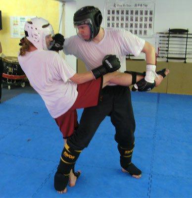 Kampf und Selbstverteidigung: Konter des Kniestoßes durch Wurf
