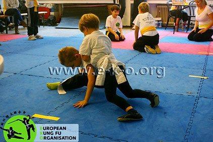 Kampf und Selbstverteidigung für Kinder: Schulung im Bodenkampf, spielerisch