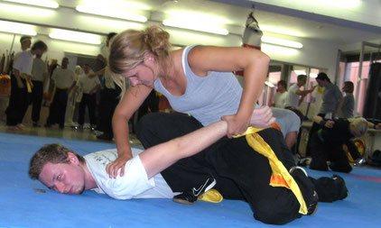 Kampf- und Selbstverteidigung für Frauen: Hebeltechnik am Boden mit großer Wirkung, Haltegriff