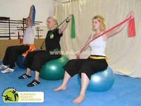 Bild Therabandübungen auf dem Gymnastikball als Teil des GEsundheitsprogramms in der Jing Wu Kung Fu Schule