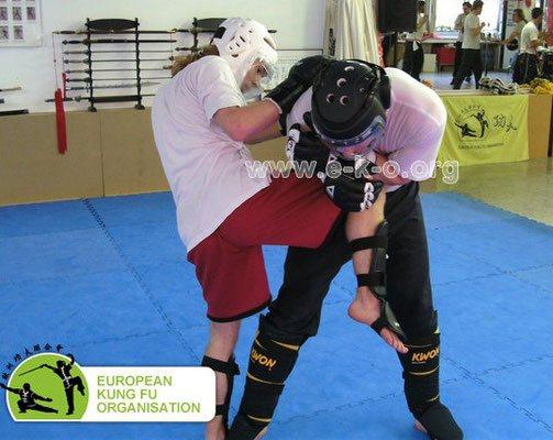Kampf und Selbstverteidigung: Kniestoß und Zug des Körpers