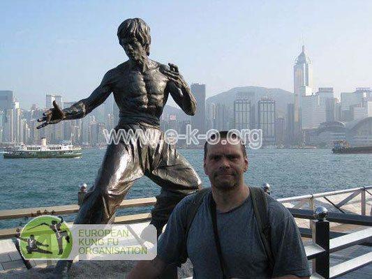 Meister Heek neben der Statue der Legende des traditionellen Kung Fu Bruce Lee