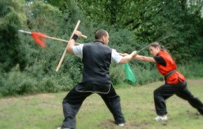 fortgeschrittene Kung Fu Waffenpartnerform: Säbel und Tonfa gegen Speer