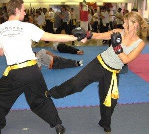 tiefe Tritte zum Knie sind effektive Selbstverteidigungstechniken (auch für Frauen) des Kung Fu