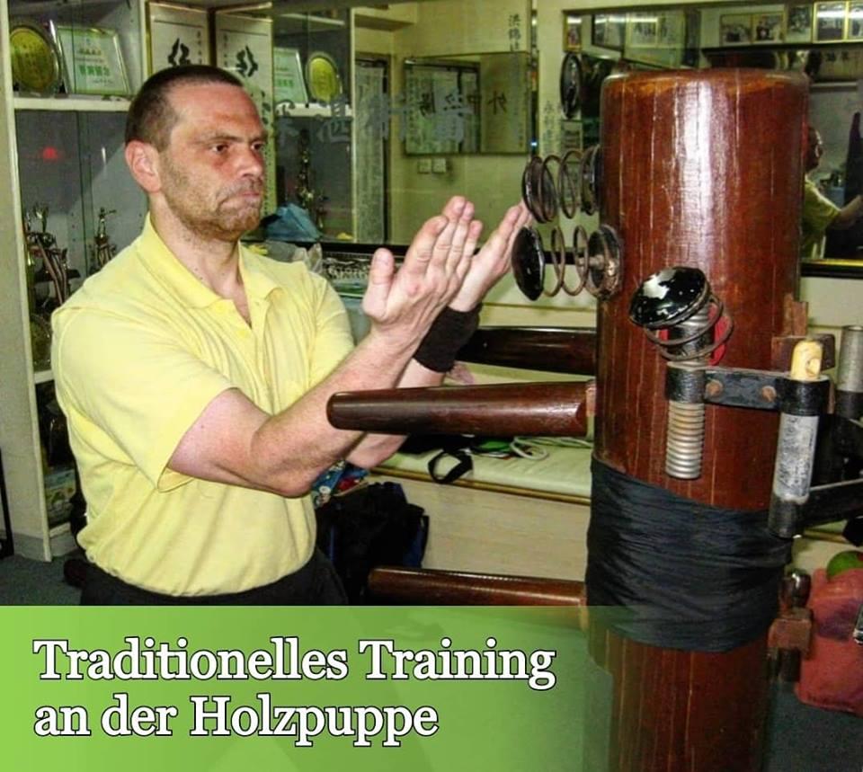Sifu Heek trainiert an der Holzpuppe in Hong Kong