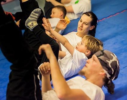 Fitnessübungen gibt es in der Jing Wu Köln manchmal auch in sehr gemischten Gruppen.