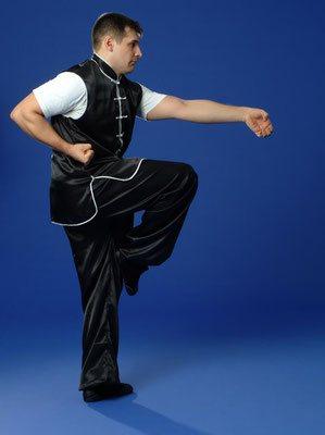 Meister Markus Buttler mit Klauentechnik des Adlerklauen Kung Fu