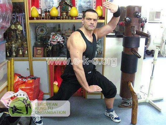 Meister Holger Heek vor dem Altar der Hung Fut Schule ein Hong Kong