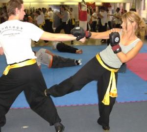 tiefe Tritte gehören zu den effektivsten Techniken in der Selbstverteidigung (auch für Frauen)
