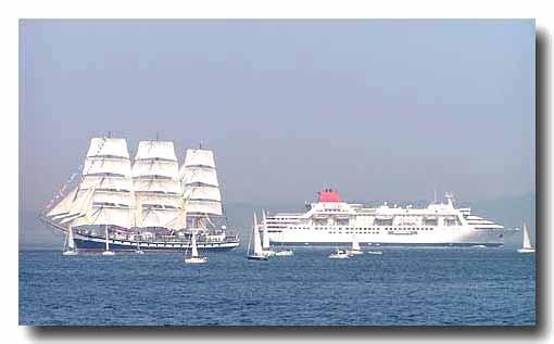 入港するロシアの帆船パラダと出向する豪華客船ふじ丸  写真をクリックするとペリー来航150周年記念行事にリンク