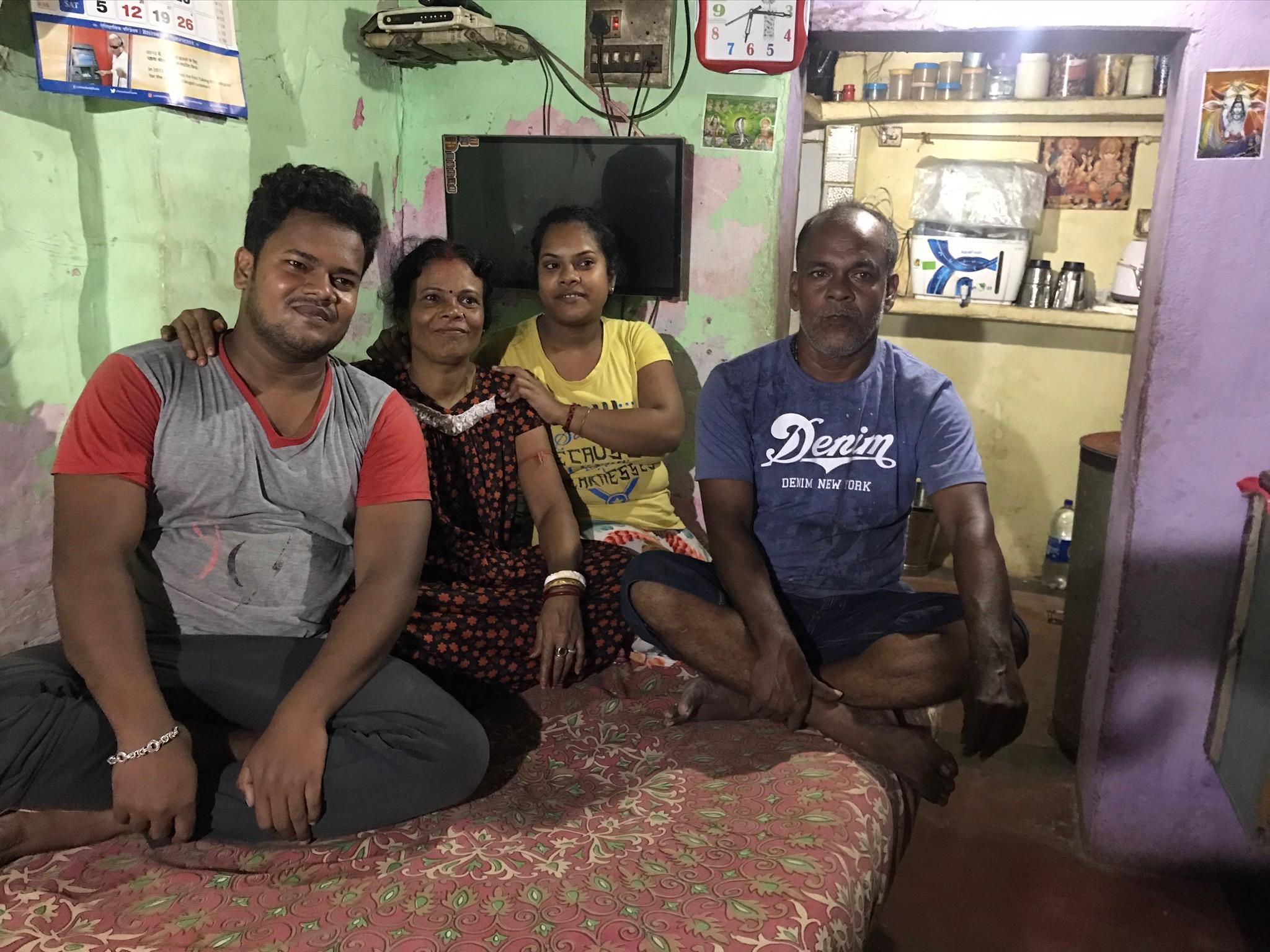Die Familie Biwas, Ritesh sitzt links