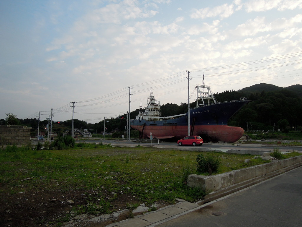 突然現れる大きな漁船
