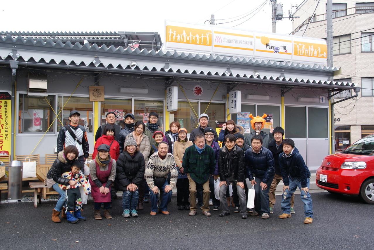 メンバーと商店街の方々との1枚。商店街に別れを告げ、陸前高田へ出発