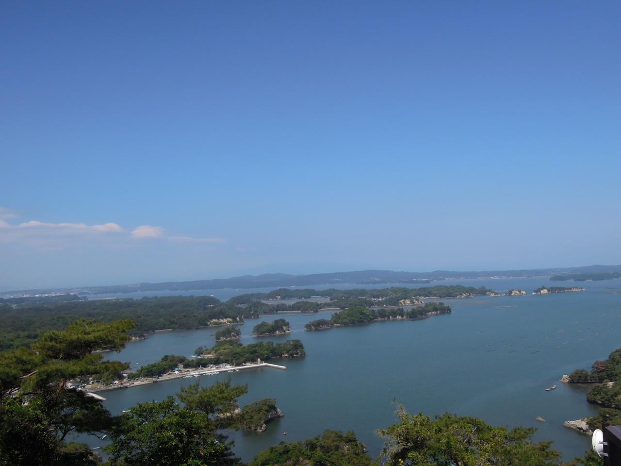 宿の前の高台から望む奥松島