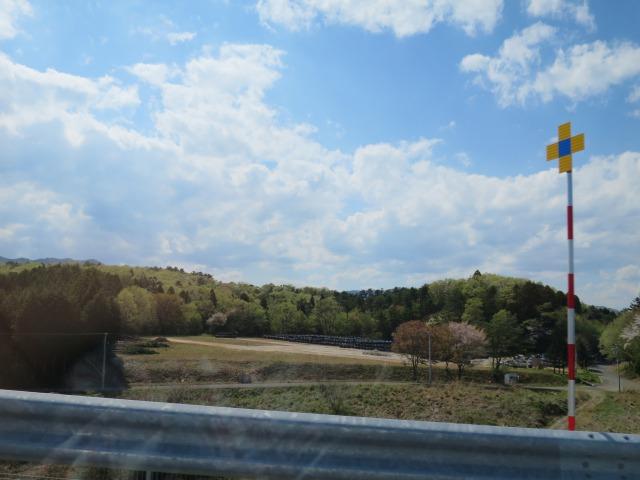 放射性廃棄物の黒いシート(プレコンバック)があちこちでみられます。周りの景色は時が止まったまま・・・