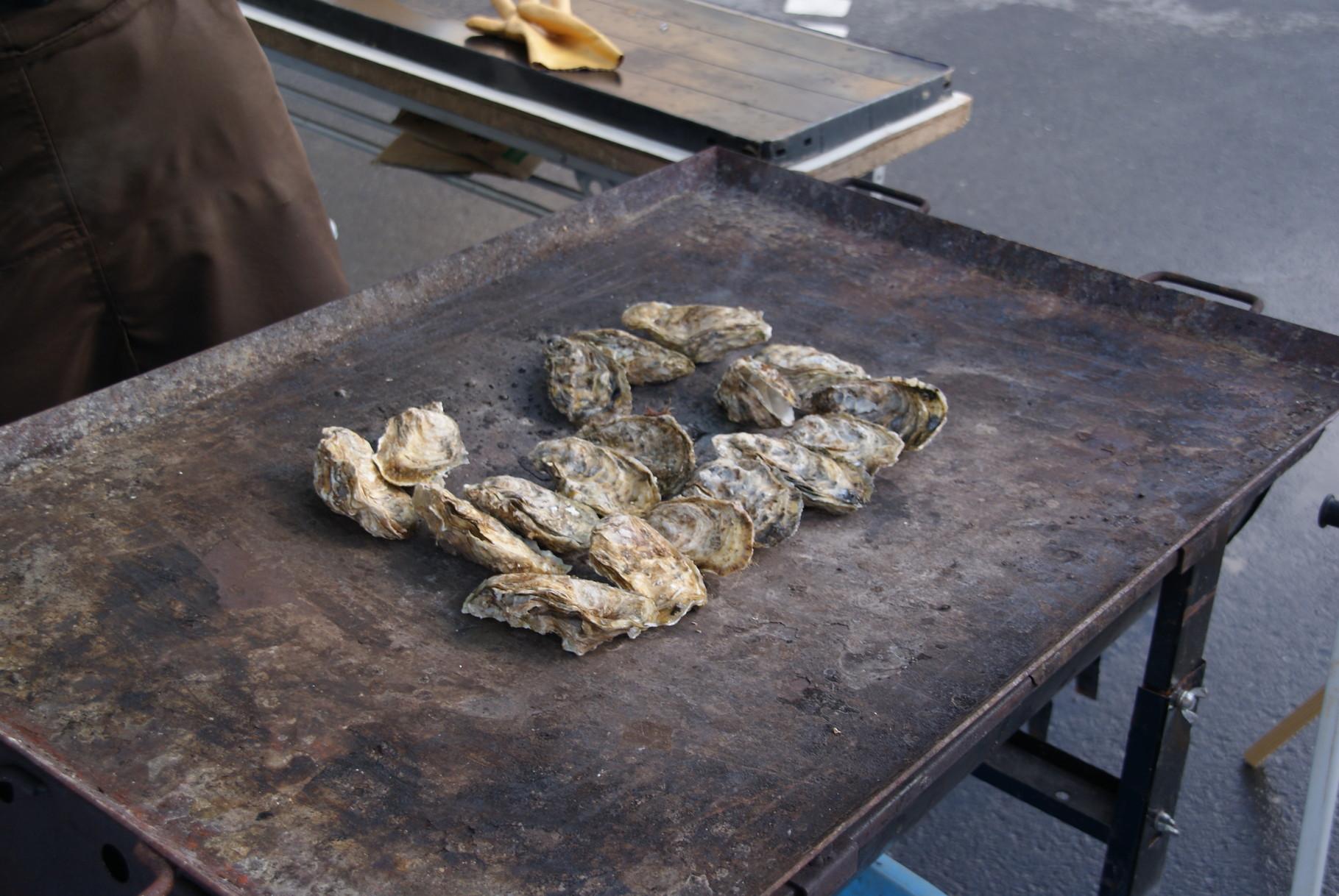 隣のブースでは今朝水揚げされた地元の牡蠣を、また山形の新鮮な野菜やくだもののブースも