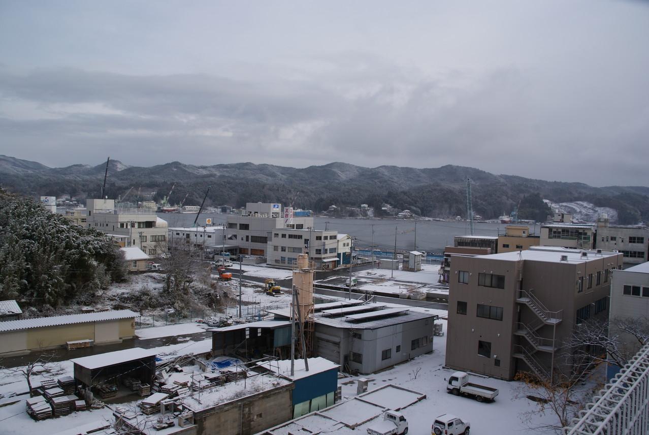 朝は雪が積もりました