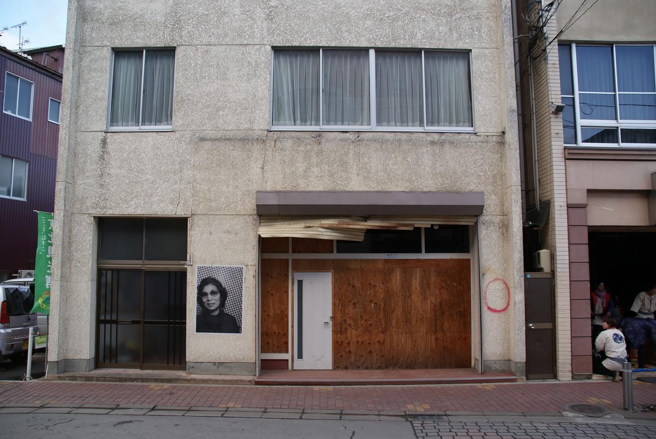 写真がいろいろな建物に貼られています