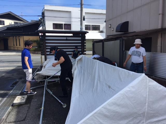 翌日、台風一過で朝は快晴、昨日のテントを片付けます。