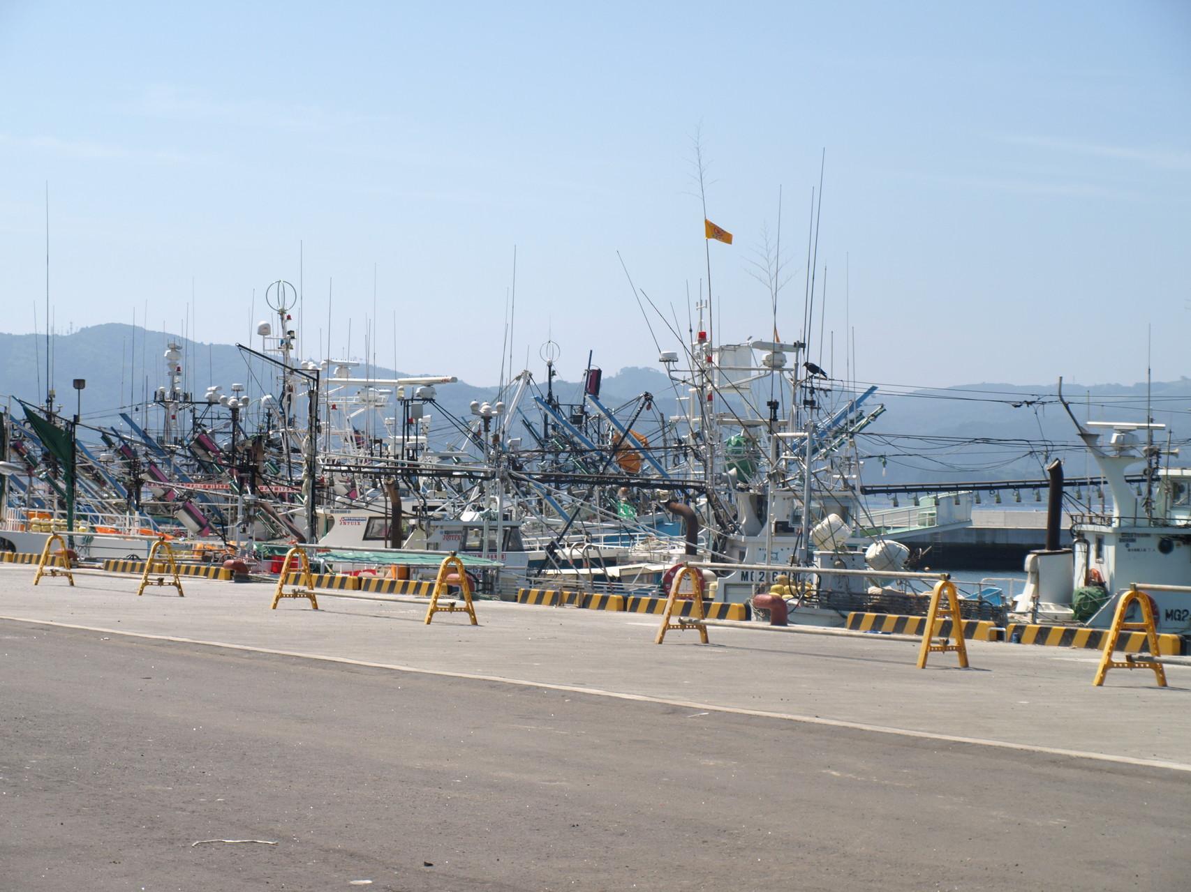会場は仮設の魚市場前で、すぐわきは海です。